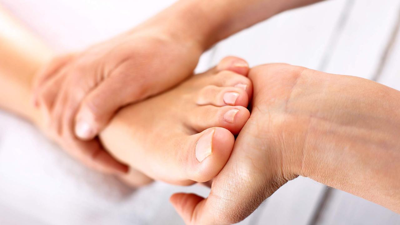 Piedi e caviglie gonfie: queste sono le cause e i..